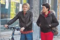 Lorna (Arta Dobroshiová) se snaží udržet si od svého fiktivního muže a feťáka Claudyho (Jérémie Renier) odstup. Daří se jí to ale méně, než by chtěla.