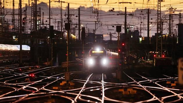 Vlak vjíždí do stanice - ilustrační foto.