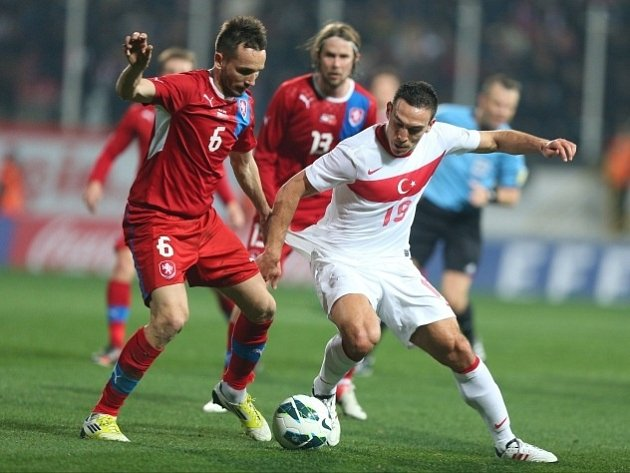 Tomáš Sivok (vlevo) v boji o míč s tureckým Erdincem.