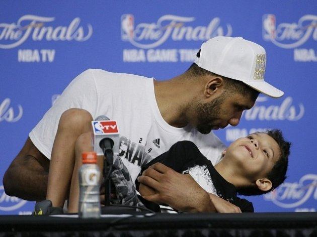 Tim Duncan po vítězném zápase vzal syna na tiskovou konferenci