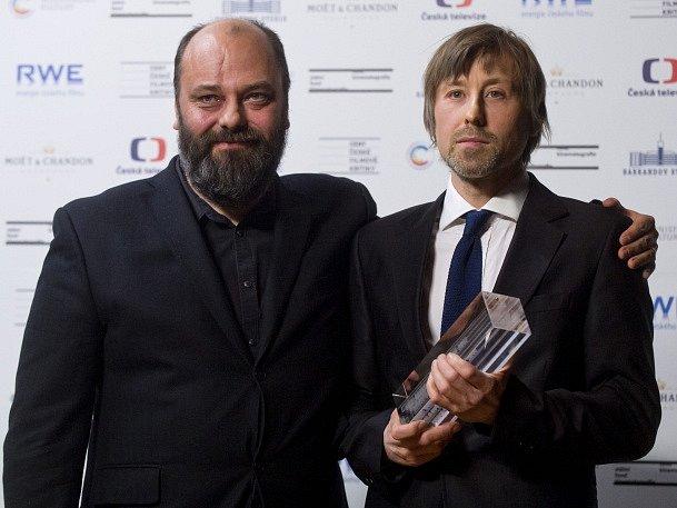 Cenu za nejlepší scénář obdržel od filmového scénáristy Petra Jarchovského (vlevo) Petr Václav za film Cesta ven.