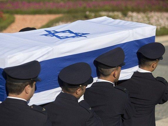 Průvod smutečních hostů dnes ráno doprovodil z budovy parlamentu rakev s tělem Šimona Perese. Bývalý izraelský prezident zemřel ve středu ve věku 93 let.