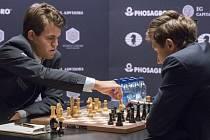 Magnus Carlsen (vlevo) při partii se Sergejem Karjakinem.