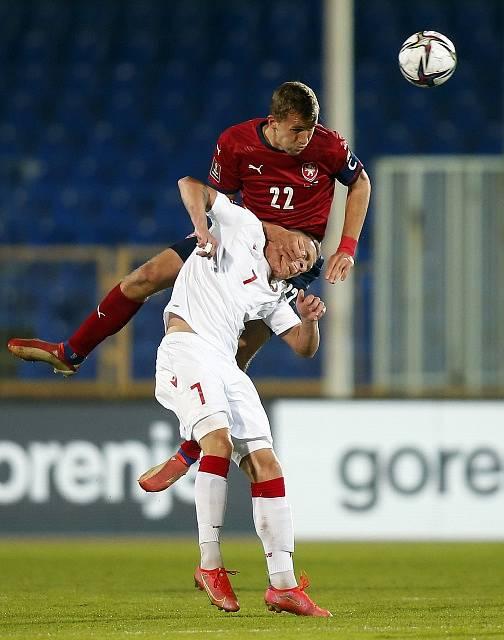 Čeští fotbalisté se utkali v Kazani s Běloruskem. Na snímku Arťom Bykov a Tomáš Souček.