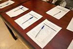 Při projekci dokumentu Šmejdi byla k dispozici petice pro a větší ochranu seniorů a proti nekalým praktikám.