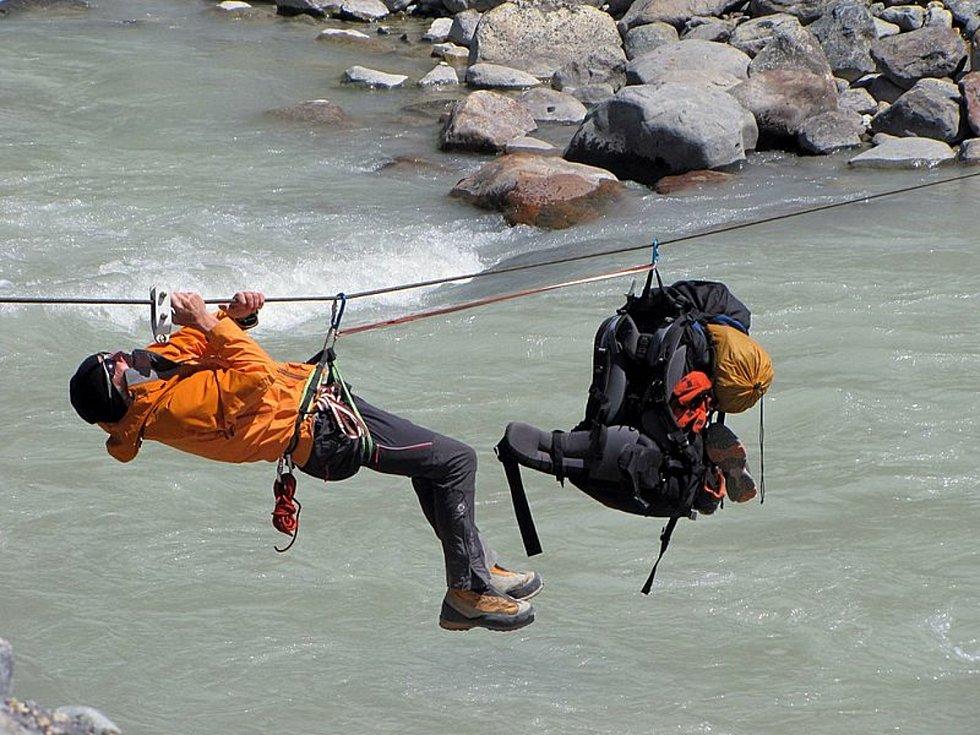 Tirolský traverz využívají zkušení horolezci. Takovým způsobem dopravovali týmy záchranářů pytle s ostatky cestujících z letadla společnosti United Airlines, které narazilo do skalní zdi Grand Canyonu po srážce s jiným letadlem. Jelikož trosky dopadly do