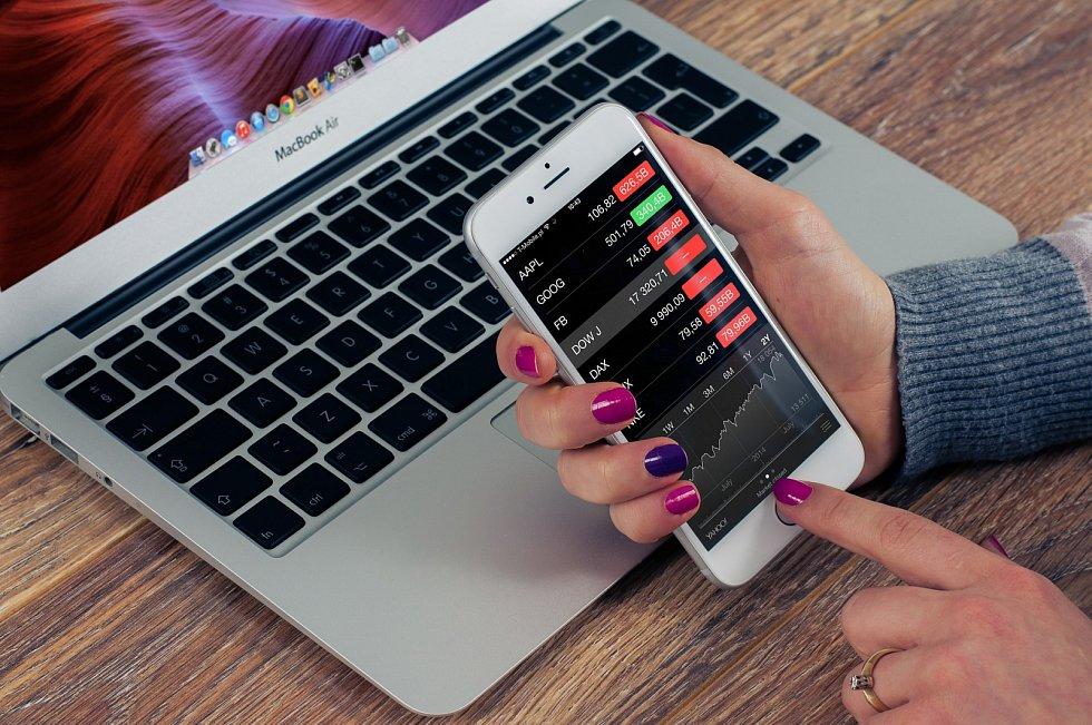 Platby přes internet se již potvrzují například PIN kódem anebo třeba pouhým otiskem prstu či naskenováním obličeje.