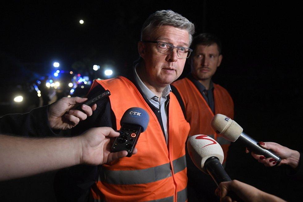 Ministr průmyslu a obchodu a dopravy Karel Havlíček hovoří s novináři na místě železniční nehody