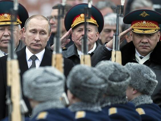 Vladimír Putin a Sergej Šojgu.