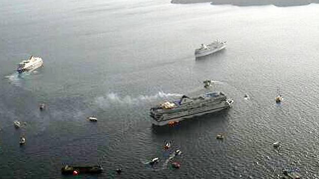 Záchranáři evakuují turisty z výletní lodi, která u Santorini najela na mělčinu.