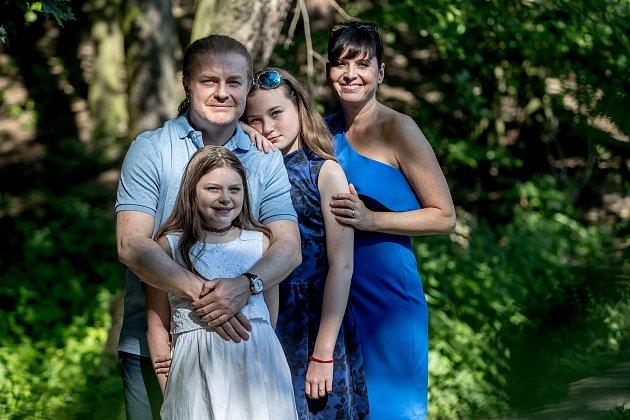 Pavel Šporcl a Barbora Kodetová se svými dcerami při focení pro rozhovoru pro Deník 9.června vŘíčanech.