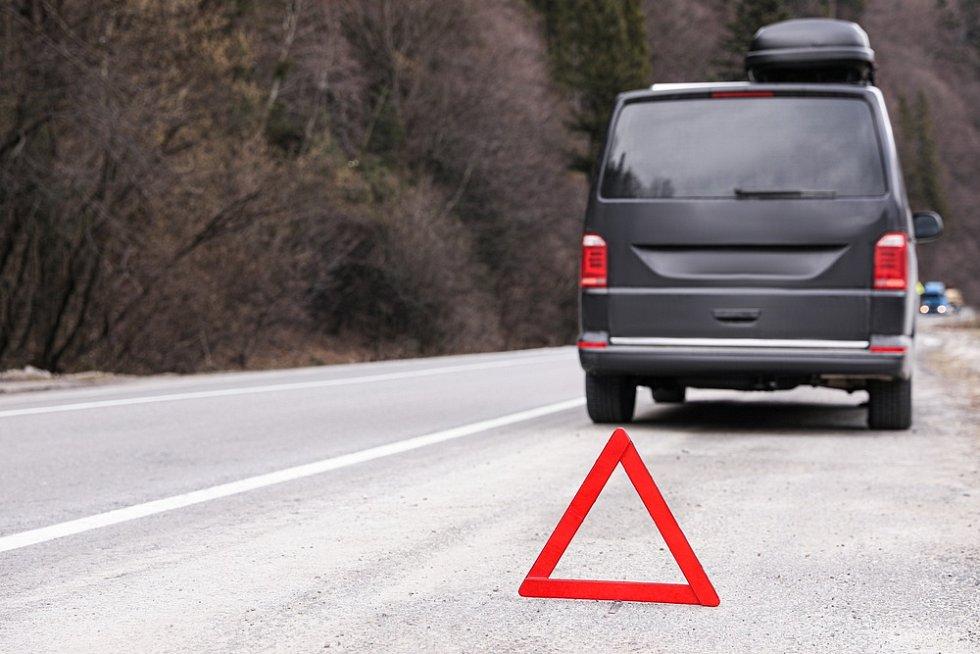 Při poruše automobilu lze využít služeb asistenčních společností.