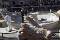 Takhle dopadla římská socha Barcaccia po řádění fanoušků fotbalového Feyenoordu Rotterdam.