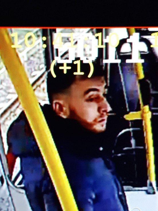 Nizozemská policie zveřejnila snímek muže, po kterém v souvislosti se střelbou v Utrechtu pátrá