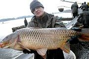 Dvoudenní výlov rybníka Vdovec Nový začal v pondělí od časného rána ve středisku Rožmberk Rybářství Třeboň a.s.,u obce Stříbřec u Třeboně,chtějí zde vylovit až 350 metráků ryb,hlavně kapra,který je určen na velikonoční trh.