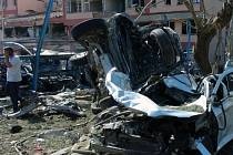 Výbuch na dvoře policejní stanice ve východotureckém městě Elazig, kde zemřeli tři policisté a 146 lidí bylo zraněno.