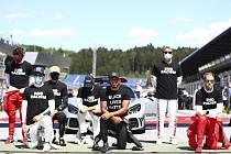 Jezdci formule 1 vzdávají před Velkou cenou Rakouska pokleknutím hold hnutí Black Lives Matter