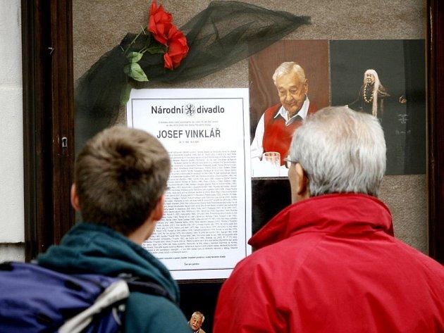 Nekrolog herce a člena souboru Národního divadla Josefa Vinkláře v místě předprodeje vstupenek do Národního divadla na Ovocném trhu v Praze.