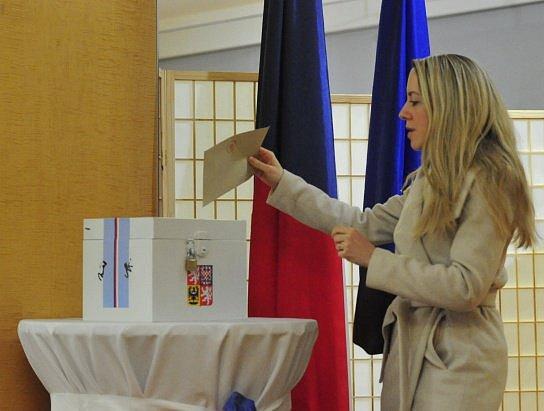 Ve Spojených státech mohou čeští občané volit českého prezidenta na čtyřech místech. Volí se v Los Angeles, Chicagu, New Yorku a Washingtonu D.C. Na snímku z 11. ledna 2018 žena vhazuje volební lístek do urny na ambasádě ve Washingtonu.