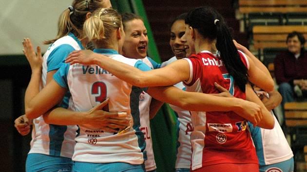 Volejbalistky Prostějova se radují z výhry.