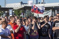 Zaměstnanci slovenského Volkswagenu stávkují za vyšší mzdy.