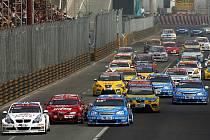 Smečka cestovních vozů na startu závod v Macau.