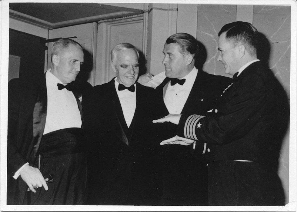 Anton Flettner (druhý zleva) spolu s Wernherem von Braunem (druhý zprava) ve Spojených státech