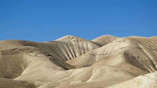 Takzvaná Jeskyně hrůz, oficiálně vedená jako Jeskyně osm v Nahal Hever, se nachází v Judské poušti v Izraeli. Oficiální název získala podle vyschlého koryta řeky, v němž se nachází, neoficiální díky nálezu 40 mužských koster
