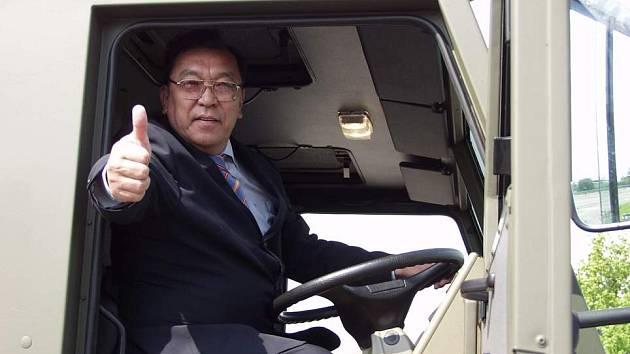 Tatra je jednička řekl zdviženým palcem velvyslanec Kazachstánu Sharip Omarov krátce poté, co si vyzkoušel, jak se sedí za volantem vojenského speciálu.