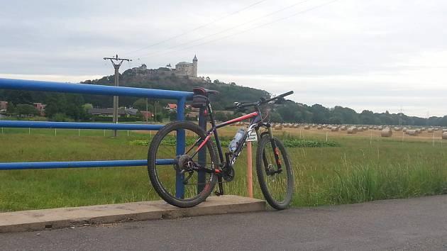V pozadí hrad Kunětická hora