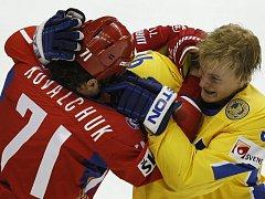 Ilja Kovalčuk a Anton Strälman v pěstním souboji, který oba odnesli trestem do konce utkání.