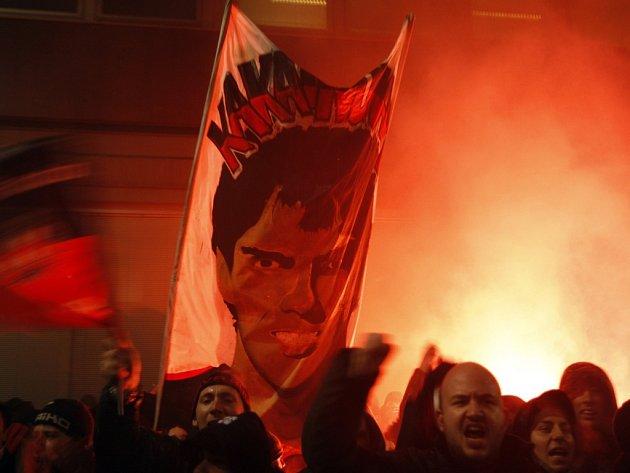 Tisíce fanoušků AC Milán protesovalo proti prodeji ikony klubu Kaká.