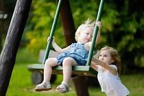 Většině lidí ve vzpomínkách na dětství nechybí houpačka