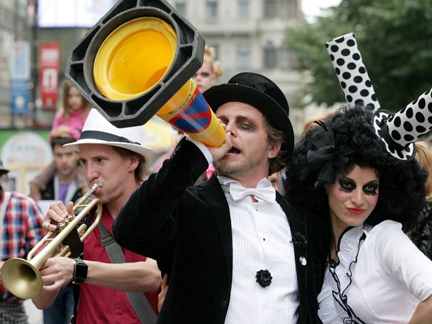 La Putyka na slavnostním průvodu Prahou, kterým zvala na počátku června na festival Letní Letná.