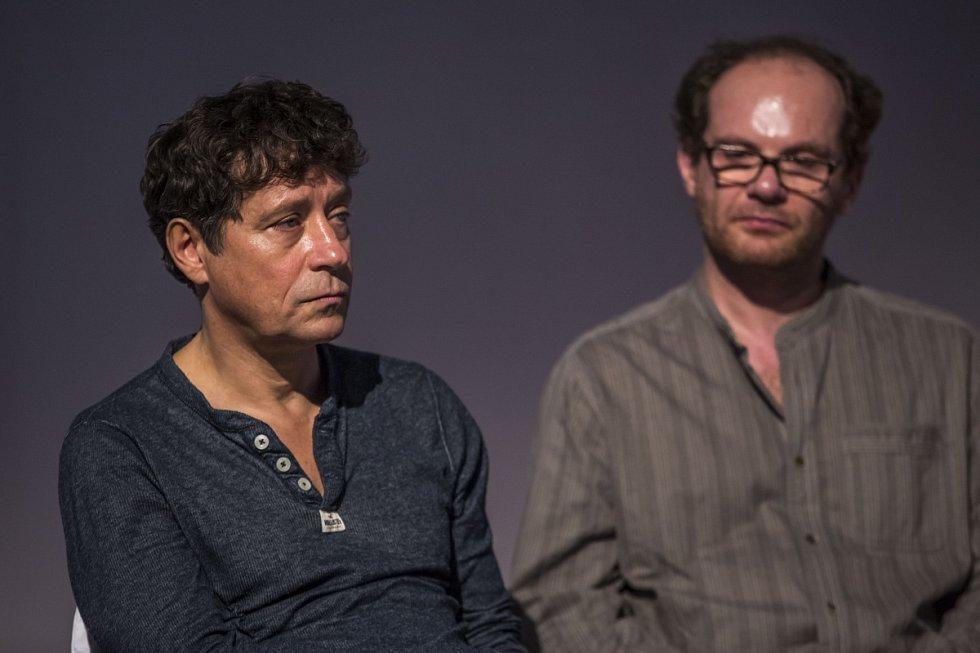Pavel Kříž a Adrian Jastraban na tiskové konferenci v Praze, kde Česká televize představila 10. listopadu schéma vánočních pořadů.