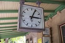 Staniční hodiny v Malé Skále. Ilustrační snímek