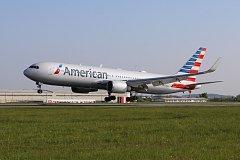 Letadlo American Airlines z Filadelfie na pražském letišti.
