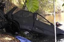 Odcizené auto vytáhli po 28 letech z řeky.