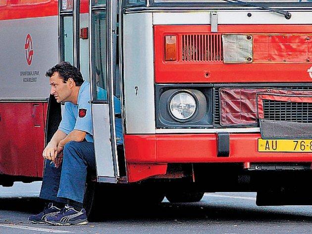 ČEKÁ NA ROZHODNUTÍ. Podle řidičů zhoršuje emulzní nafta jízdní vlastnosti autobusů.