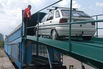 Nakládání aut na autovlak Jadran.