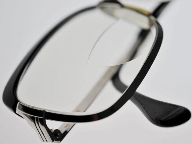 Dioptrické brýle nosí 44 procent Češek a Čechů nad 15 let věku, kontaktní čočky devět procent.