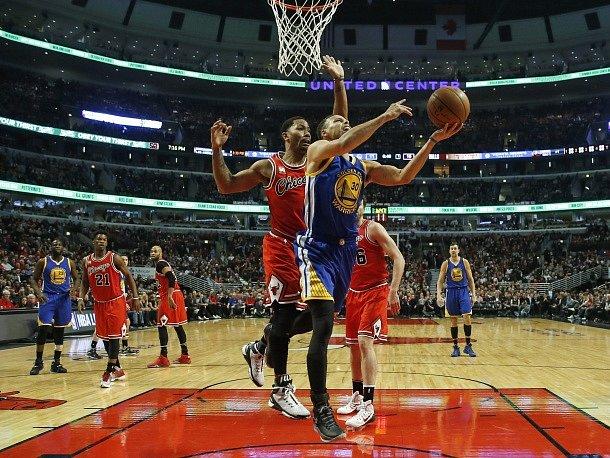 Snímek z utkání mezi Chicagem a Golden State