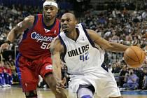 Útočník Dallasu Mavericks Jerry Stackhouse (číslo 42) uniká  Coreymu Maggetteoviz Los Angeles Clippers.