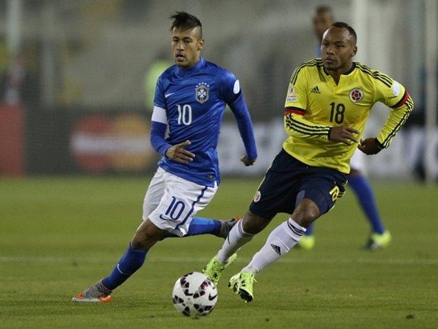 Neymar z Brazílie (vlevo) a Juan Zuniga z Kolumbie.