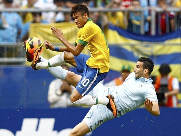 Brazilský šikula Neymar (vlevo) a Adil Rami z Francie.
