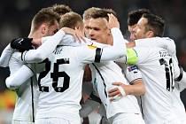 Fotbalisté Plzně se radují z gólu proti Šachtaru.
