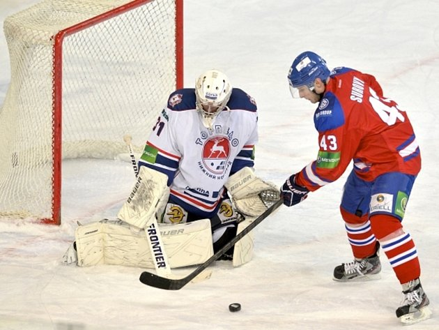 Tomáš Surový z Lva Praha (vpravo) se snaží překonat brankáře Novgorodu Vitalije Kovalova.