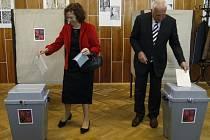 Bývalý prezident Václav Klaus (vpravo) společně s manželkou Livií odevzdal 25. října v Praze hlas ve volbách do Poslanecké sněmovny.