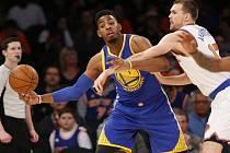 Jason Thompson z Golden State (vlevo) a Lou Amundson z New York Knicks.