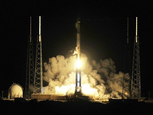 Z floridského Mysu Canaveral ve středu večer místního času úspěšně odstartovala nosná raketa Atlas 5, která má vynést na oběžnou dráhu komunikační satelit nové generace.